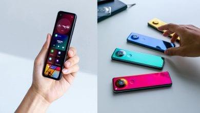صورة مؤسس شركة Essential أندي روبن يعرض هاتف قادم بشكل طولي وضيق الجوانب وبألوان جذابة