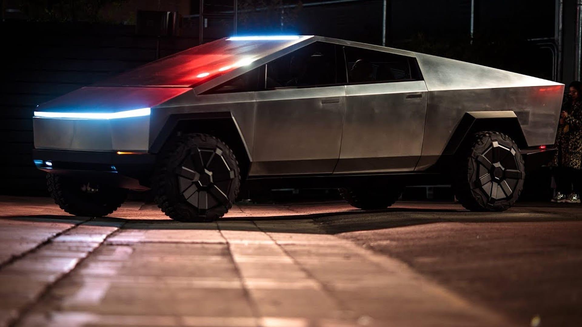 شرطة دبي تعلن عن إهتمامها بضم سيارة Tesla Cybertruck الجديدة إلى أسطولها