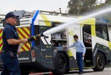 صورة إدارة إطفاء LA تعمل بالكهرباء مع أول شاحنة إطفاء تعمل بالبطاريات في الولايات المتحدة