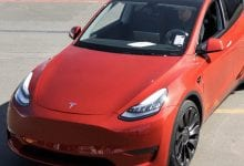 Photo of تعد سيارة Tesla المليون من أول طراز Ys خارج الخط