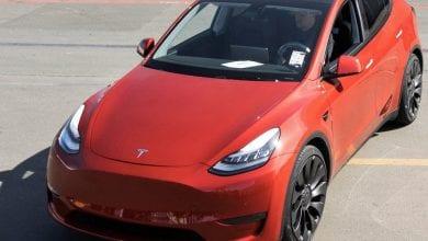 صورة تعد سيارة Tesla المليون من أول طراز Ys خارج الخط