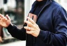 صورة رصد الهاتف OnePlus 8 Pro في أيدي الممثل الأمريكي الشهير Robert Downey Jr