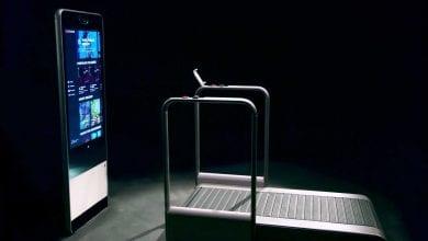 صورة مرآة HomeStudio الذكية تقترن بجهاز مشي رياضي #CES2020