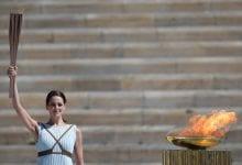 صورة يمكن أن تكون سيارة نجم تتابع الشعلة الأولمبية في اليابان