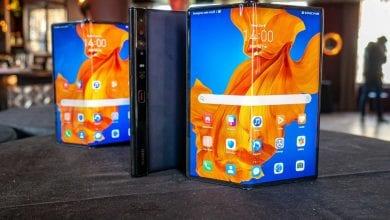 صورة فريق iFixit يؤكد أنه من الصعب جدًا إصلاح الهاتف Huawei Mate Xs
