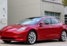 """صورة يقول Elon Musk أن Tesla """"تعمل بجد"""" على التوقف التلقائي لإشارات المرور"""