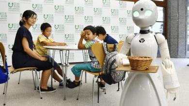 صورة طوكيو تدعم ذوي الإعاقة بروبوت OriHime-D ليقوم على الخدمة في المقهى