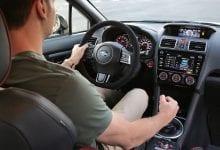 صورة كيفية قيادة العصا في سيارة نقل يدوي
