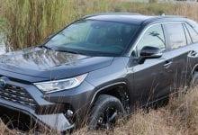 صورة تويوتا RAV4 XSE Hybrid AWD هي سيارة دفع رباعي فعالة بشكل مذهل لجميع الفصول
