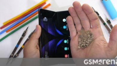 صورة تعرض Galaxy Z Fold 2 لاختبار المتانة ، مما يجعله ساعة محرجة